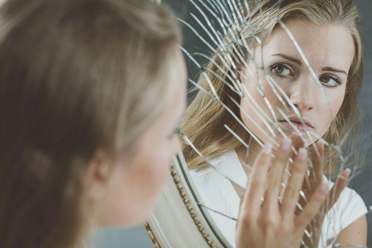 mujer-espejo-roto