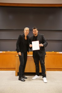 La foto final con el diploma de HBS junto a la profesora Anita Elberse.