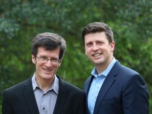 """Chip and Dan Heath, autores del libro """"El poder de los momentos""""."""