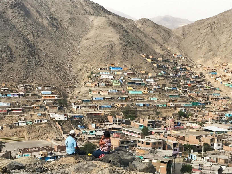 Los cerros han supuesto un foco de desarrollo urbano vertiginoso en los últimos años. En la imagen, pareja observa el paisaje desde lo alto de un cerro. Fotografía: Sofía Guerrero / Banco Mundial