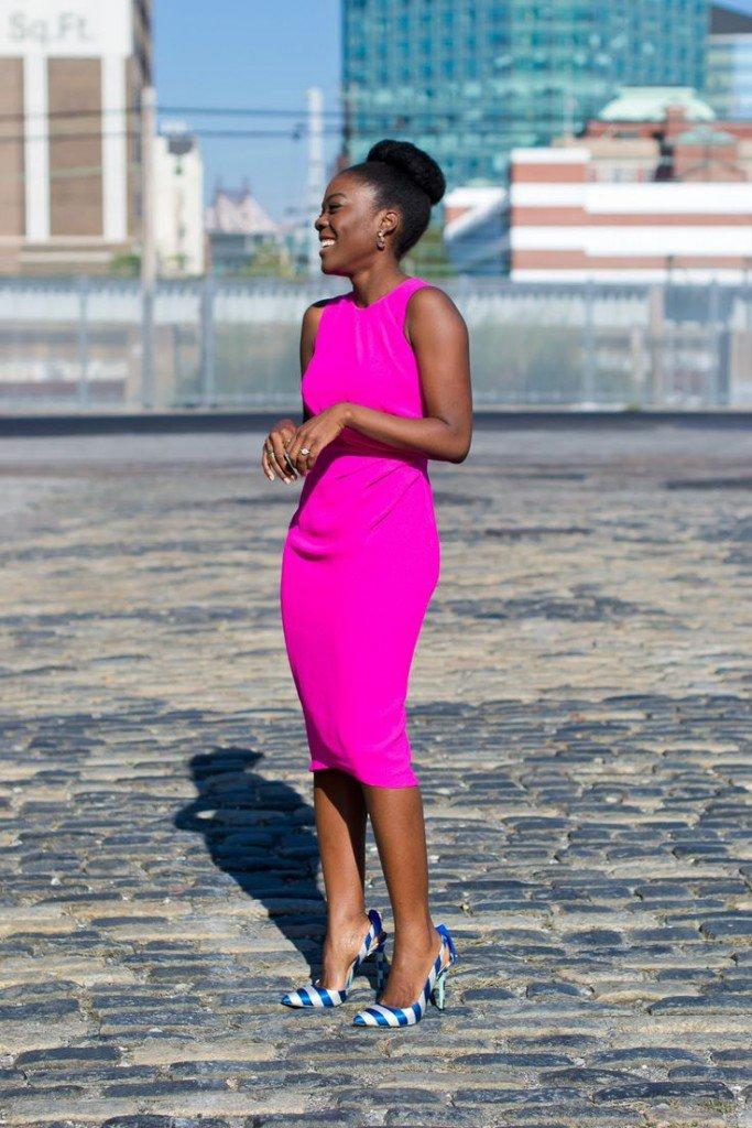 92bb27e6bb492 De día también podemos usar un lindo vestido entallado de color fuerte e  intenso. Puede ser un fucsia