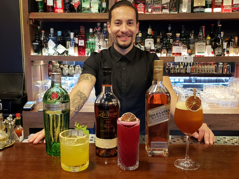 Joel Chirinos junto a sus cócteles Cypress Spring, Airampo 23 y Tea Gold