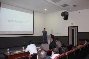Julien Berthomier, organizador y miembro del jurado de SeedstarsWorld, presentando el evento.