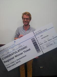 Un feliz participante del SeedstarsWorld recibe su premio. un viaje a Suiza, donde competirá con  emprendedores de 30 ciudades del mundo.