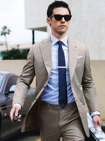 traje-beige-camisa-de-vestir-blanca-y-azul-corbata-azul-marino-original-14461