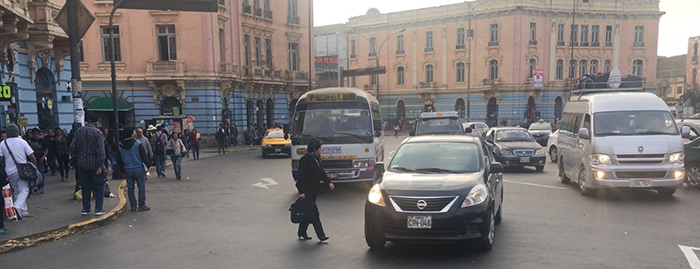 Peatón cruzando frente a multitud de automóviles. Fuente: Banco Mundial.