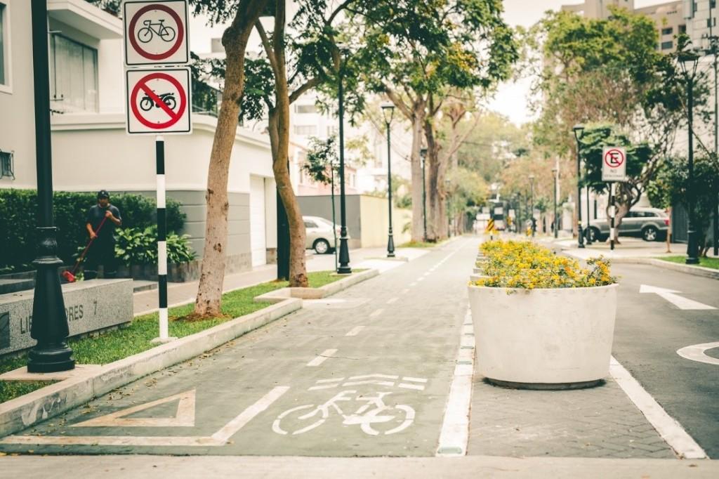Vía con espacio independiente para peatones, ciclistas y automóviles en San Isidro. Fuente: Banco Mundial.