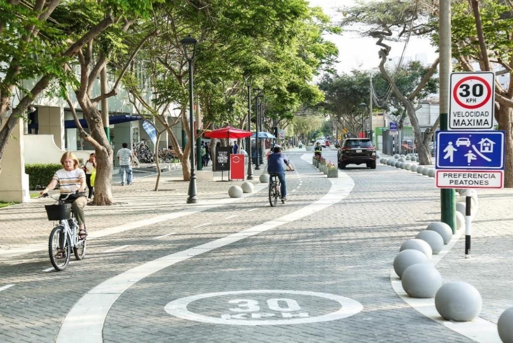Zona de velocidad 30 en contexto urbano, San Isidro, Lima, Perú. Fuente: Banco Mundial
