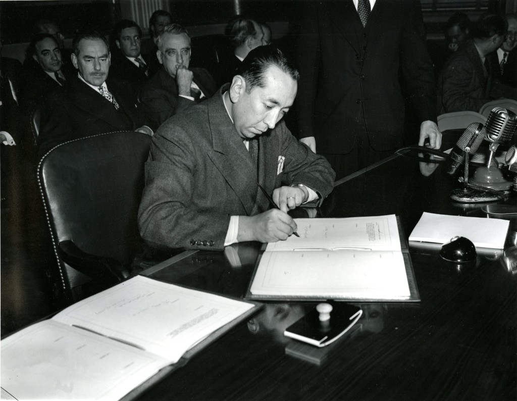 Embajador de Bolivia firmando el acuerdo de Bretton Woods